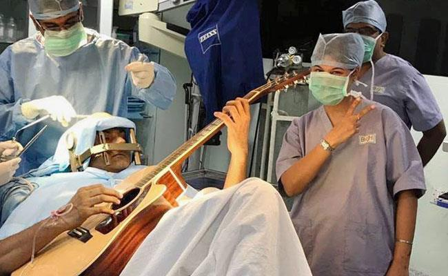 Il musicista si esibisce durante l'intervento
