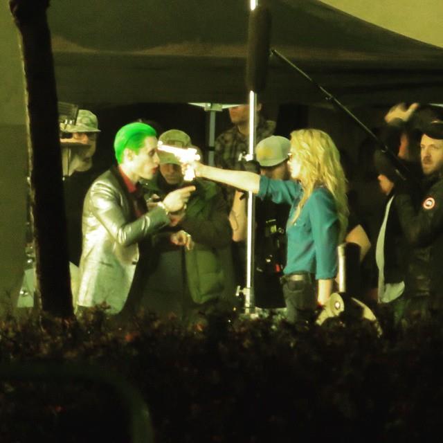 Harley Quinn punta una pistola alla testa di Joker in Suicide Squad