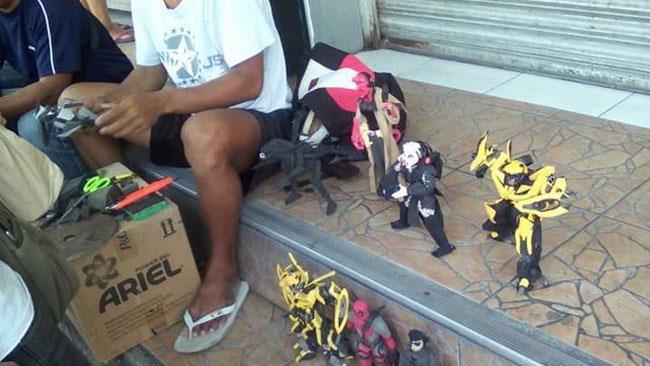 L'artista filippino ha trasformato delle infradito in action figures