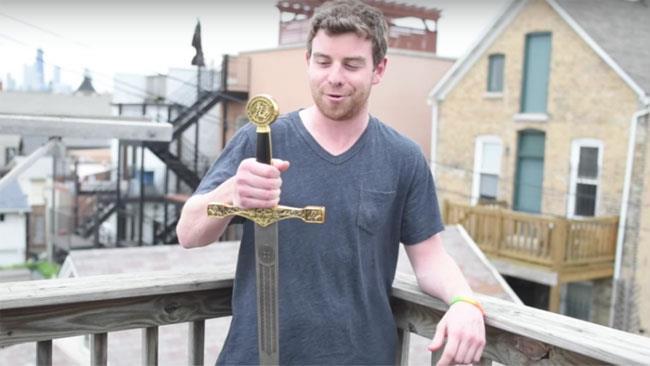 Mac Dolan con la sua spada da 100 dollari