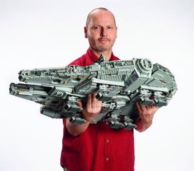 Il Millennium Falcon portato da un uomo