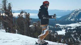 La foto dell'esoscheletro indossato da uno sciatore