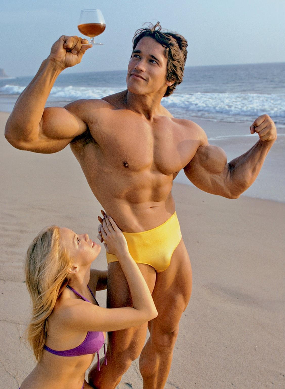 Arnold Schwarzenegger in posa ai tempi in cui era bodybuilder professionista
