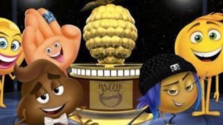 Il premio dei Razzie Awards circondato dai protagonisti del film Emoji: Accendi le emozioni