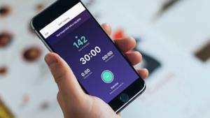 La foto di uno smartphone con la schermata di un'applicazione