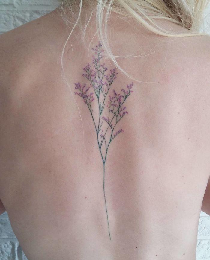 Un fiorre tatuato sulla schiena - Tatuaggi per la spina dorsale, i più belli per la tua schiena