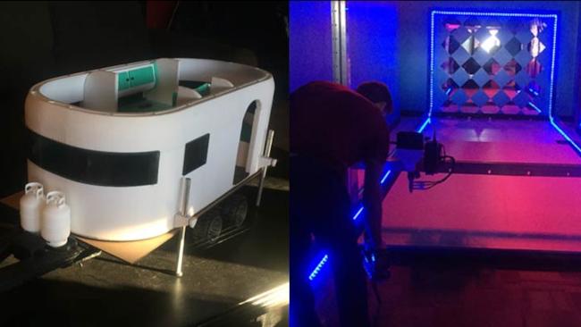 A sinistra un modello di camper in plastica, a destra una stampante 3d all'opera