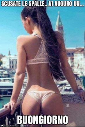 una ragazza in costume vista di schiena - Immagini sexy per il buongiorno, buon compleanno, buonanotte e buona domenica