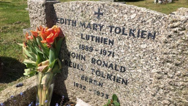 Tolkien e sua moglie Edith hanno i nomi Beren e Lúthien sulle loro tombe