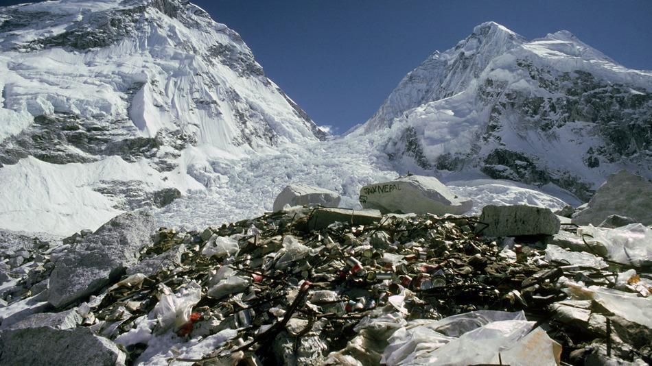 Una vista del Monte Everest con tanto di rifiuti