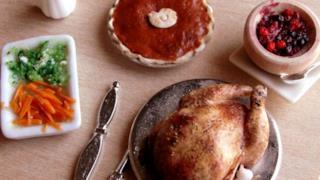 Pollo, frutti di bosco, verdure miste e una torta