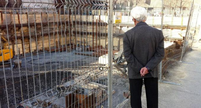 Un anziano mentre fissa un cantiere