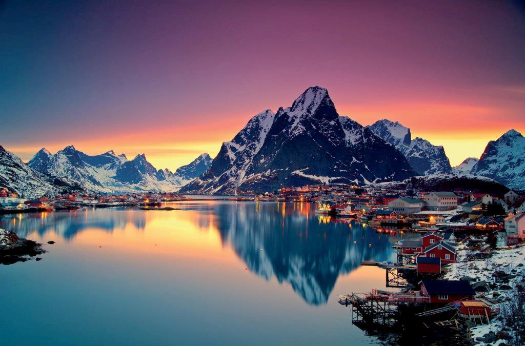 Paesino norvegese sulle rive di un fiordo