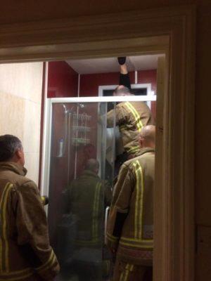 I vigili del fuoco mentre salvano la ragazza