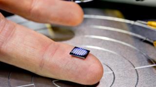 Il minicomputer di IBM sul dito di un ingegnere