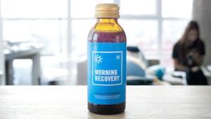 Una bottiglia di Morning Recovery, la cura anti-sbronza.