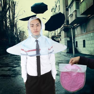 Un ragazzo cinese indossa un impermeabile a forma di ombrello
