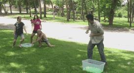 Josh Malone con i suoi figli che lo bombardano con palloncini pieni d'acqua