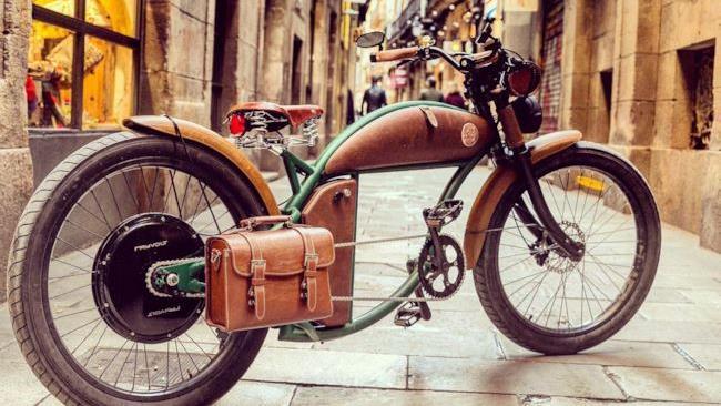 Una bicicletta Rayvolt con borsa da viaggio