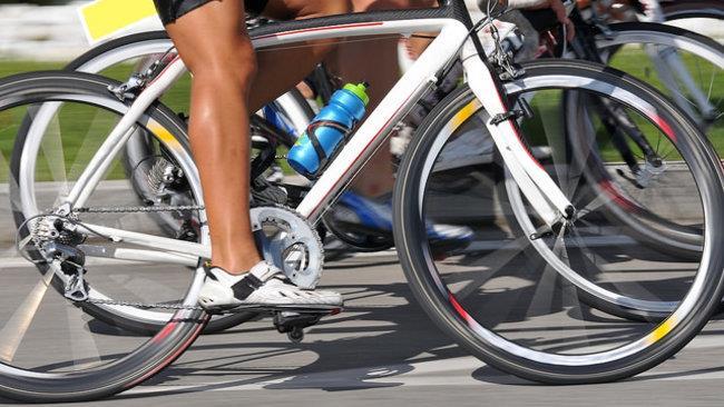 Un gruppo di ciclisti sulla strada