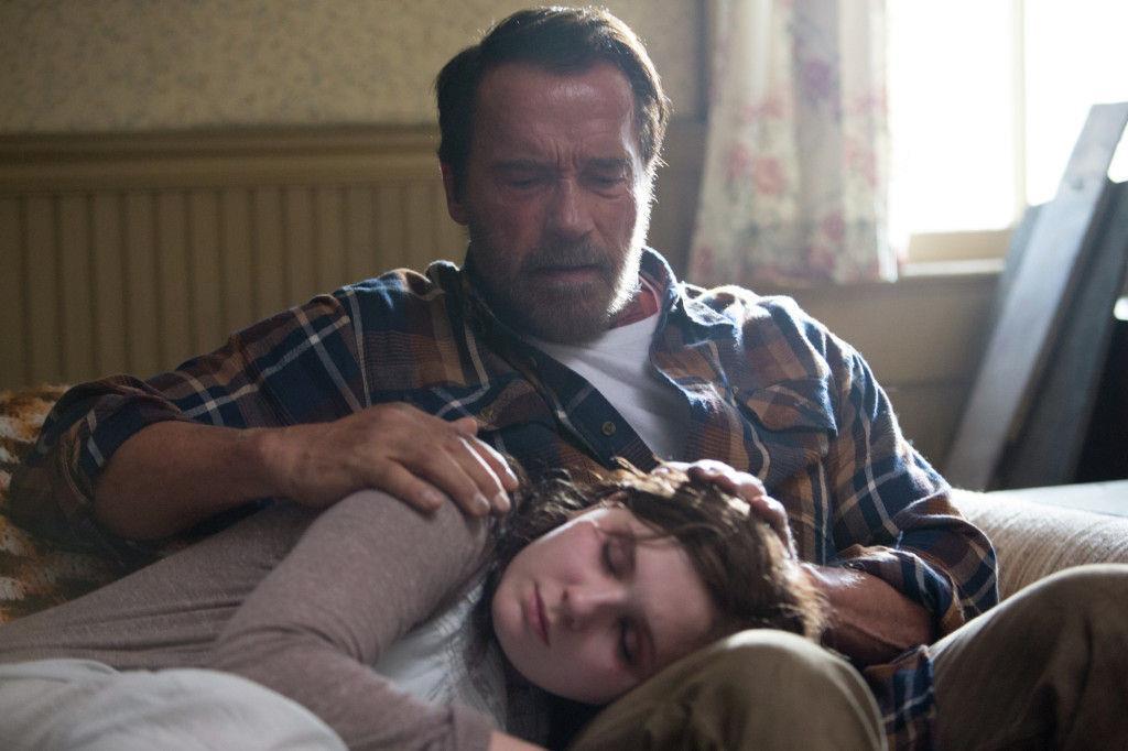 Arnold Schwarzenegger in una scena del film Maggie