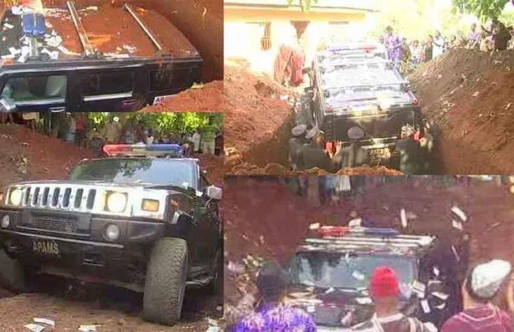 Uomo seppellisce il padre in un SUV.