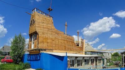 Ecco la replica del galeone di Sir Francis Drake creato da un falegname russo