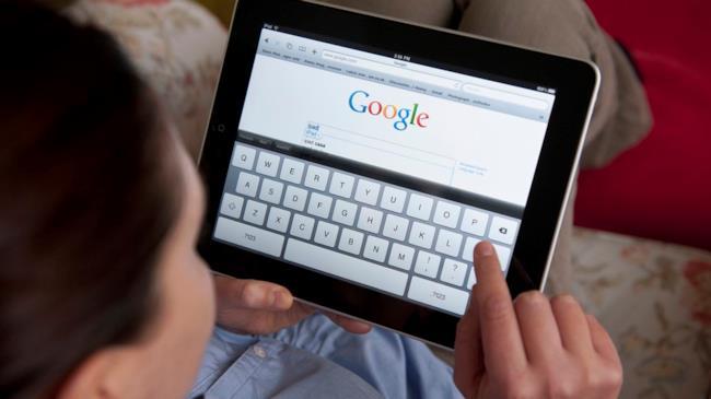 un utente utilizza la celebre piattaforma di ricerca online