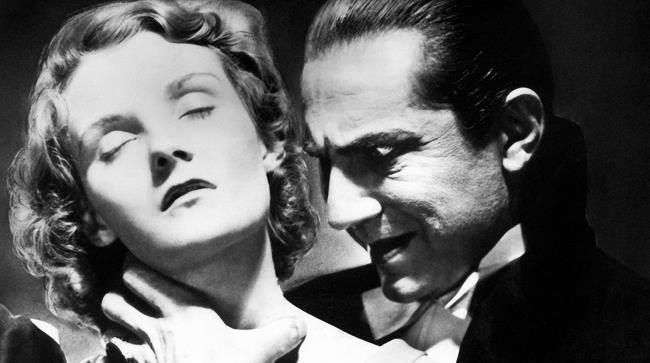 Un'immagine di Dracula che afferra il collo di una giovane