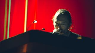 Thom Yorke in un'immagine da un suo concerto