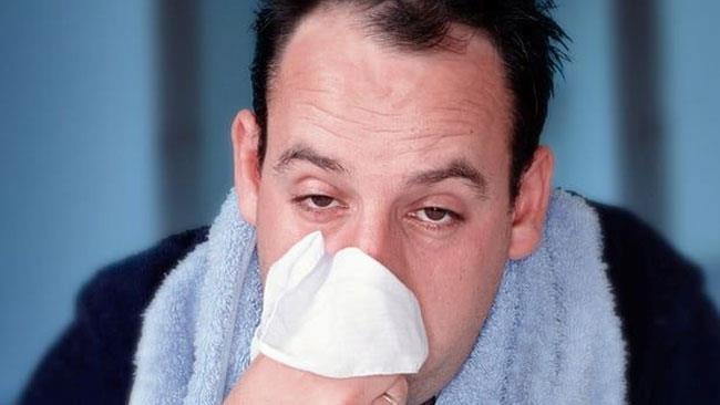 Un uomo con l'influenza