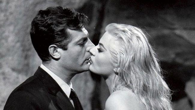 L'iconica scena della Dolce Vita di Fellini