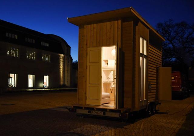 Una mini casa di Berlino di notte