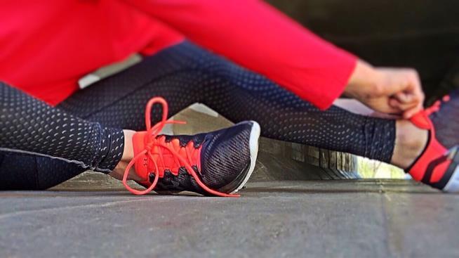 Le gambe di una persona vestita per andare a correre.