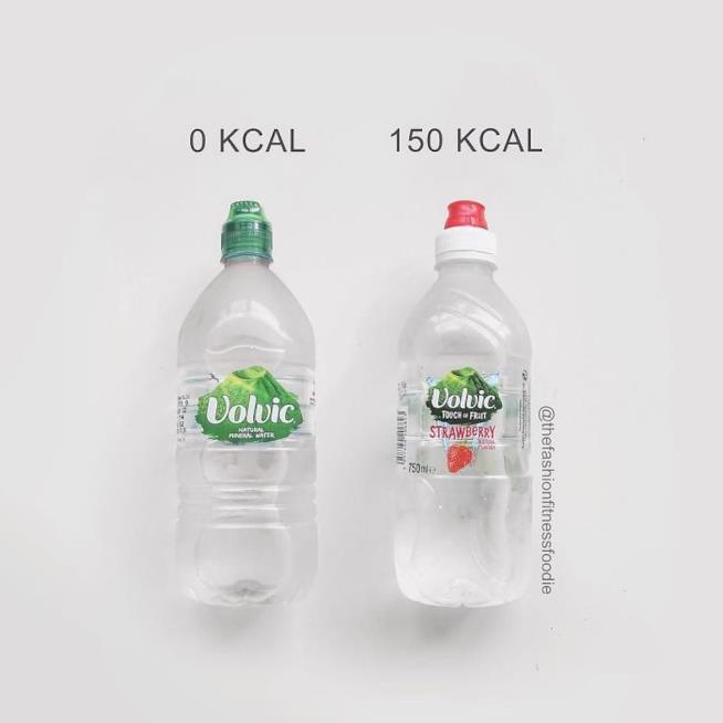 Due bottigliette di acqua, di cui una aromatizzata