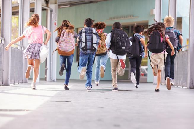 Bambini corrono a scuola