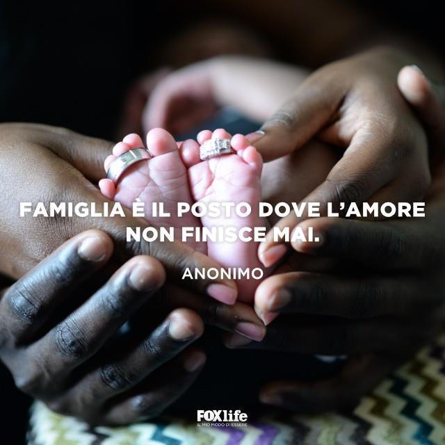 Mani di genitori che sorreggono i piedi di un neonato