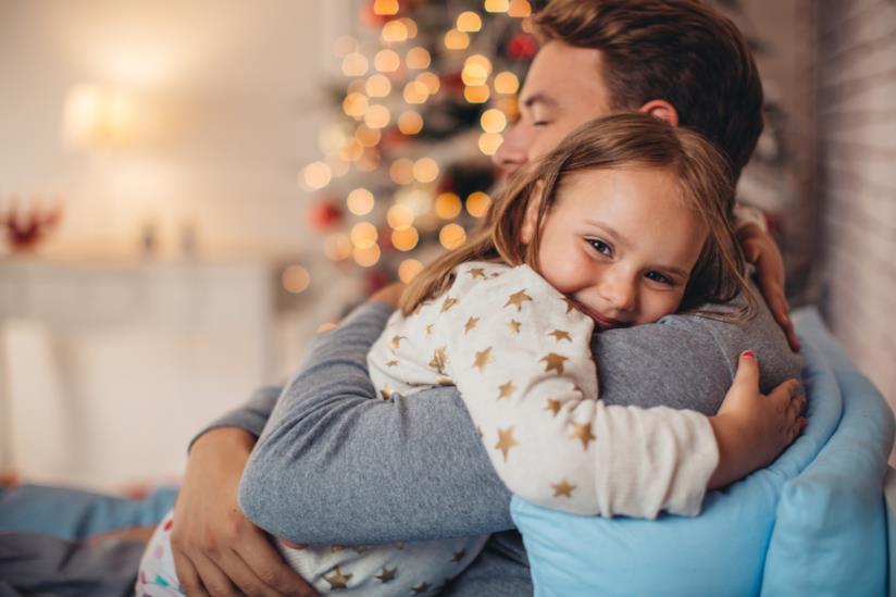 Una bambina abbraccia il suo papà