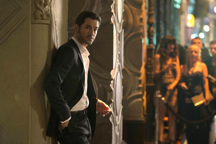 Tom Ellis nel primo episodio di Lucifer