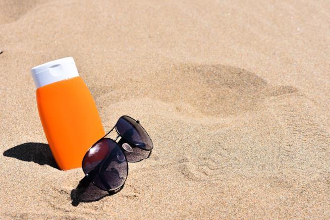 Tubo di crema in spiaggia