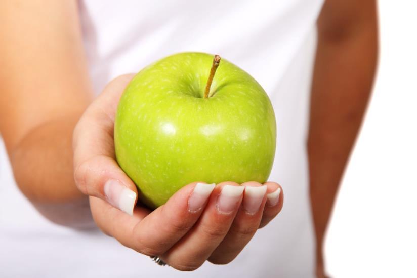 Donna con mela verde