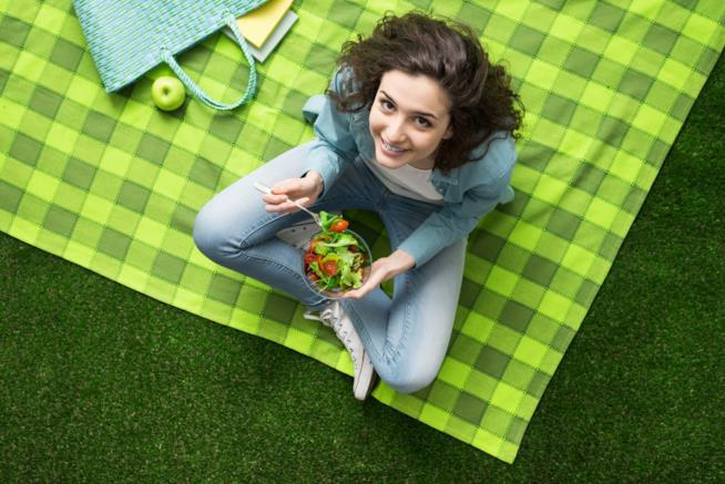 Una bella ragazza in un picnic al parco