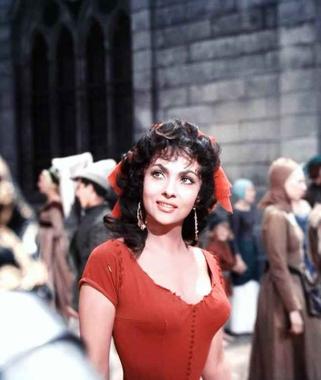 Una scena de Il gobbo di Notre Dame con Gina Lollobrigida