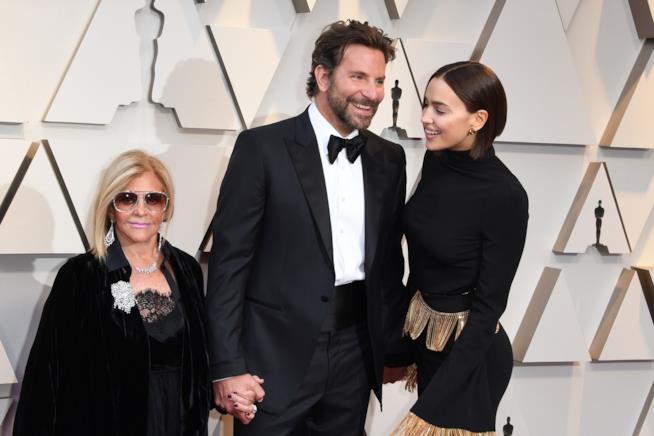 Bradley Cooper con la madre e Irina Shayk