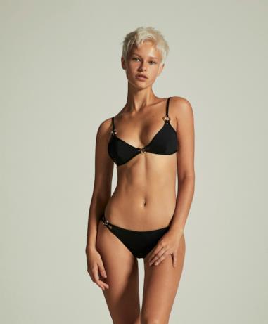Modella con bikini nero a triangolo Oysho estate 2018