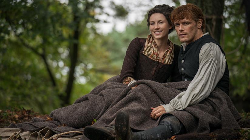 Claire e Jamie contemplano quella che sarà la loro nuova casa