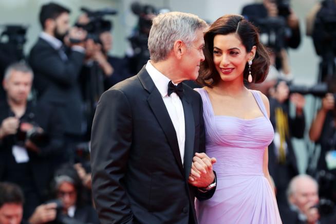 Lo sguardo complice tra George Clooney e Amal