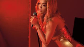 Rita Ora canta il brano Your Song