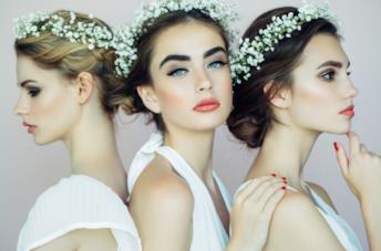 Tra spose con tre acconciature raccolte e corone floreali