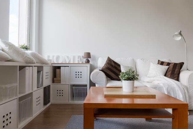 Angolo soggiorno in appartamento stretto e piccolo